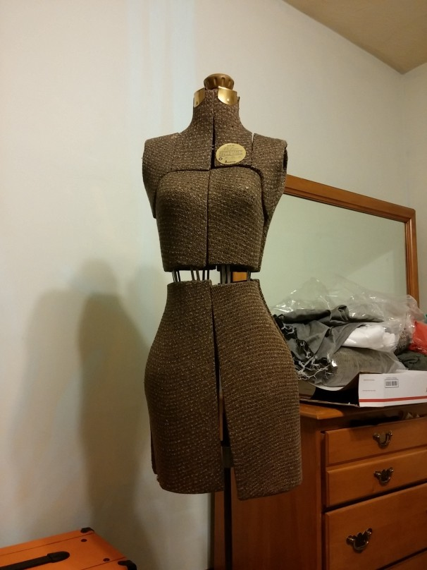 My very own (VINTAGE!!!!) adjustable dress form--that fits me!